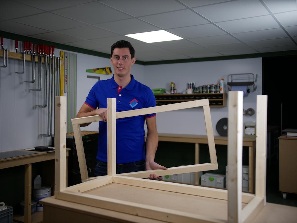 Parcelbox preparing frame