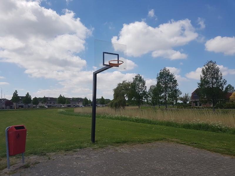 Basketball field with polycarbonateveld met polycarbonaat back board