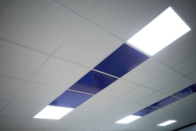 Suspended ceiling with coloured panels