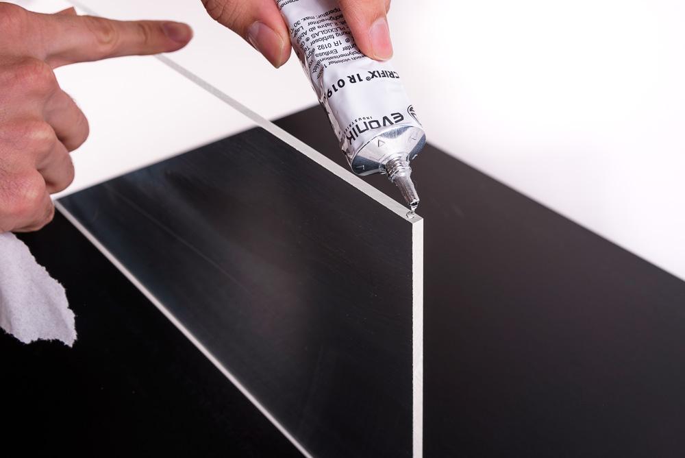 Glueing polycarbonate